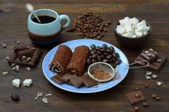 Todavía vida con los caramelos de chocolate Imagenes de archivo