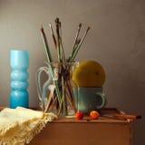Todavía vida con los cepillos, el melón y el florero azul Imagenes de archivo