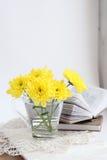 Todavía vida con los chrysathemums y los libros amarillos fotos de archivo libres de regalías