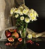 Todavía vida con los crisantemos Foto de archivo libre de regalías