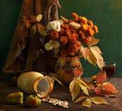 Todavía vida con los crisantemos y el vino Fotografía de archivo