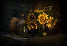 Todavía vida con los girasoles Foto del vintage en oscuro Fotografía de archivo
