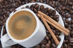 Todavía vida con los granos de café. Foto de archivo