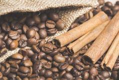 Todavía vida con los granos de café en palillos del saco y de canela de la arpillera Fotos de archivo