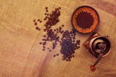 Todavía vida con los granos de café, molino de café Imagen de archivo libre de regalías