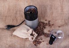 Todavía vida con los granos de café y el molino de café Fotos de archivo libres de regalías