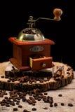 Todavía vida con los granos de café y el molino de café viejo Imágenes de archivo libres de regalías