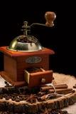Todavía vida con los granos de café y el molino de café viejo Fotografía de archivo libre de regalías