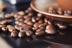 Todavía vida con los granos de café y el molino de café viejo en el fondo de madera Foto de archivo libre de regalías