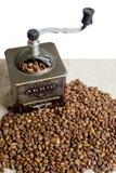 Todavía vida con los granos de café y el molino de café viejo en el fondo de madera Imagen de archivo libre de regalías