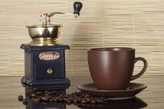Todavía vida con los granos de café y el molino viejo Foto de archivo