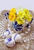 Todavía vida con los huevos de Pascua en tapetito del cordón Fotografía de archivo