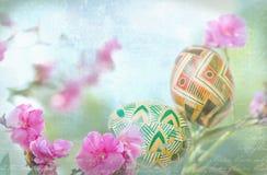 Todavía vida con los huevos de Pascua y y la rama de árbol floreciente de la primavera Primer, al aire libre Fotos de archivo