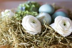Todavía vida con los huevos y las flores de Pascua Foto de archivo libre de regalías