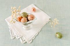 Todavía vida con los huevos y las flores de Pascua del chocolate Imagenes de archivo