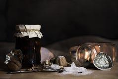 Todavía vida con los ingredientes de la hornada de la Navidad - nueces, cryst del azúcar Fotos de archivo libres de regalías