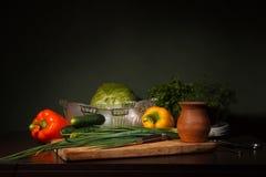Todavía vida con los ingredientes para una ensalada Foto de archivo