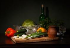 Todavía vida con los ingredientes para una ensalada Fotografía de archivo