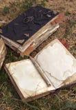 Todavía vida con los libros viejos en el jardín Foto de archivo