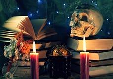 Todavía vida con los libros y el cráneo Foto de archivo