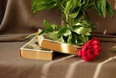 Todavía vida con los libros y las peonías Fotos de archivo libres de regalías
