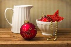 Todavía vida con los ornamentos de la Navidad Imagenes de archivo