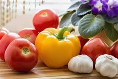 Todavía vida con los tomates, la pimienta y el ajo Imagen de archivo