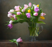 Todavía vida con los tulipanes Fotos de archivo libres de regalías