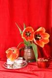 Todavía vida con los tulipanes Imagen de archivo libre de regalías