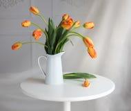 Todavía vida con los tulipanes amarillos rojos Foto de archivo
