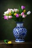 Todavía vida con los tulipanes en un florero chino Foto de archivo libre de regalías