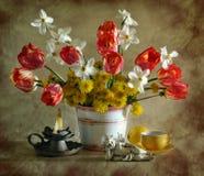 Todavía vida con los tulipanes, los narcissuses y los dientes de león Imagen de archivo