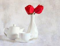 Todavía vida con los tulipanes rojos Fotos de archivo libres de regalías