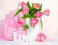 Todavía vida con los tulipanes rosados Fotografía de archivo