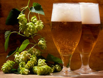 Todavía vida con los vidrios de cerveza Imagen de archivo