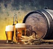 Todavía vida con los vidrios de la cerveza y del barril Fotografía de archivo libre de regalías