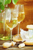 Todavía vida con los vidrios de vino blanco y de chesse Fotografía de archivo