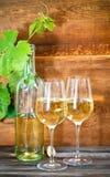 Todavía vida con los vidrios de vino blanco Imagenes de archivo