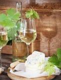 Vidrios de vino blanco, de botella y de queso Fotografía de archivo