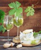 Vidrios de vino blanco, de botella y de queso Imagen de archivo