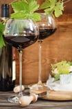 Todavía vida con el vino rojo y el chesse Foto de archivo