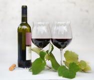 Todavía vida con los vidrios de vino rojo Foto de archivo
