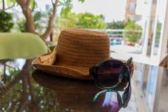 Todavía vida con los vidrios del sombrero y de sol Fotografía de archivo libre de regalías