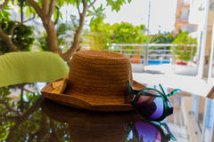 Todavía vida con los vidrios del sombrero y de sol Imágenes de archivo libres de regalías