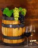 Todavía vida con los vidrios del vino blanco rojo y Fotografía de archivo libre de regalías