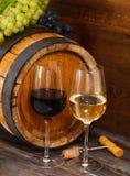 Todavía vida con los vidrios del vino blanco rojo y Foto de archivo