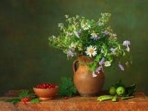 Todavía vida con los wildflowers Foto de archivo libre de regalías