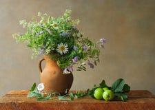 Todavía vida con los wildflowers Foto de archivo