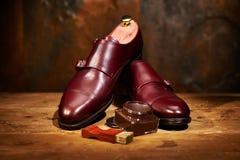 Todavía vida con los zapatos de cuero y los accesorios del ` s de los hombres para los zapatos Ca Foto de archivo libre de regalías