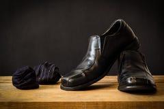 Todavía vida con los zapatos y los calcetines del hombre negro Fotos de archivo libres de regalías